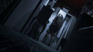 Visage: Shrbená postava hororové holčičky v koupelně se skříní a umyvadlem.